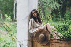 La fille sur le porche de la vieille maison Image libre de droits