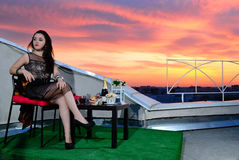 La fille sur le toit de la ville de soirée. Rostov-On-Don. Russie Photo stock