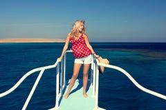 La fille sur le yacht Photographie stock libre de droits