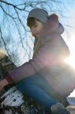 La fille sur un arbre. Images libres de droits