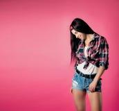 La fille sur un fond rose photographie stock libre de droits