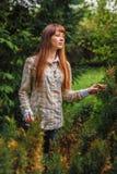 La fille sur un fond vert. Photographie stock