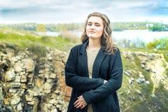 La fille sur un pré vert Photographie stock libre de droits