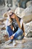 La fille sur une pierre Photo stock