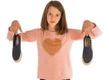 La fille tenant la nouvelle chaussure et portée chaussent images libres de droits