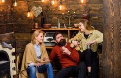 La fille tenant le nounours a plaisir à même avec des parents Homme barbu s'asseyant entre son épouse et enfant dans la maison de Photographie stock