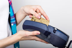 La fille tenant un terminal de position, client paye par la carte de crédit terminal de carte de crédit d'argent électronique et Photo stock