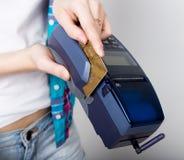 La fille tenant un terminal de position, client paye par la carte de crédit terminal de carte de crédit d'argent électronique et Photo libre de droits