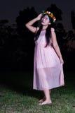 La fille thaïlandaise asiatique tient la couronne de fleur en parc Photo stock