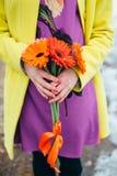 La fille tient des fleurs, fond lumineux de couleurs photo libre de droits