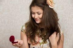 La fille tient la boîte avec l'anneau Photographie stock
