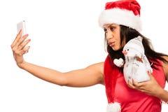 La fille tient le bonhomme de neige prenant le selfie Images libres de droits
