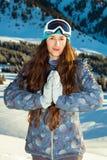 La fille tient le dessus de montagne au coucher du soleil Photo stock
