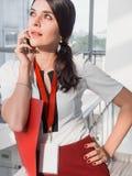 La fille tient le téléphone dans des ses mains La belle femme d'affaires de sourire appelle par le téléphone Portrait de femme d' Images libres de droits