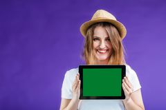La fille tient la tablette image stock