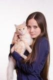 La fille tient un chat rouge images stock