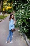 La fille tient un sac photographie stock