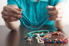 La fille tient une pile des bijoux Image libre de droits