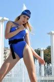 La fille tire le collant de danseur sans bretelles photo libre de droits