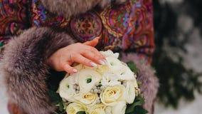 La fille touche doucement ses doigts un beau bouquet des fleurs Fin vers le haut banque de vidéos