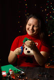 La fille tourne l'arbre de Noël vert fait en tissu Image stock