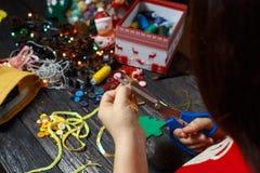 La fille tourne l'arbre de Noël vert fait en tissu Photographie stock