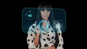 La fille travaille avec les cadres virtuels Infographies, fond noir banque de vidéos