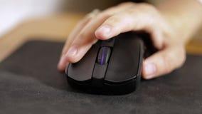 La fille travaille avec une souris d'ordinateur banque de vidéos