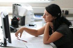 La fille travaille dans le bureau Photo libre de droits