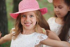 La fille tresse la tresse de son ami en parc images libres de droits