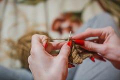 La fille tricote des rais La fille tricote des rais d'un chandail du shestyankh des fils Photographie stock libre de droits