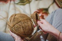 La fille tricote des rais La fille tricote des rais d'un chandail du shestyankh des fils Photo stock
