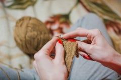 La fille tricote des rais La fille tricote des rais d'un chandail du shestyankh des fils Images stock