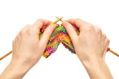 La fille tricote les mains et le produit de tricotage de laine Le concept de la chaleur et du confort de famille Image stock
