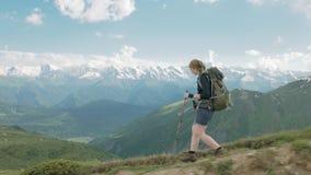 La fille trimarde dans les montagnes - secteur de lacs Koruldi, Mestia, la Géorgie banque de vidéos