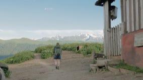 La fille trimarde dans les montagnes - secteur de lacs Koruldi, Mestia, la Géorgie clips vidéos