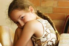 La fille triste regarde avec le visage sérieux l'appareil-photo Images libres de droits
