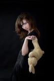 La fille triste retient des lièvres de jouet Image libre de droits