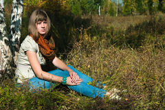 La fille a un reste à l'extérieur Photographie stock libre de droits