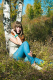 La fille a un reste à l'extérieur Photos libres de droits