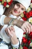 La fille utilise un bracelet Photos libres de droits