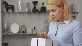 La fille vérifie la caisse d'emballage  banque de vidéos