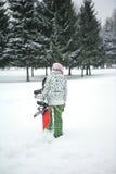 La fille va à la conduite de snowboard photographie stock
