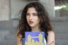 La fille va avec des livres dans des ses mains images stock