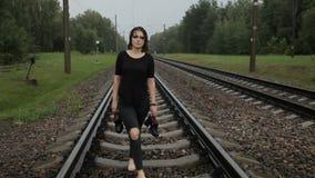 La fille va par chemin de fer clips vidéos