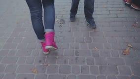 La fille va sur des rues de ville banque de vidéos