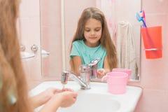 La fille se lave le visage avec de l 39 eau photos stock image 23661503 for Comfemme nue dans la salle de bain