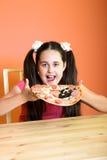 La fille veulent manger de la pizza photo stock