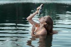La fille veut manger les poissons vivants Photos libres de droits