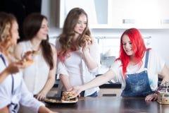 La fille veut plus de pizza, amies mettent le ` t approuvent Image stock